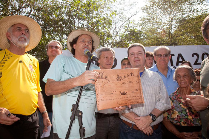 entrega manifesto contra a barragem