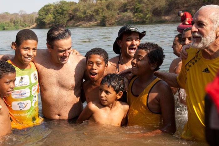 aécio nadando contra a barragem no velhas