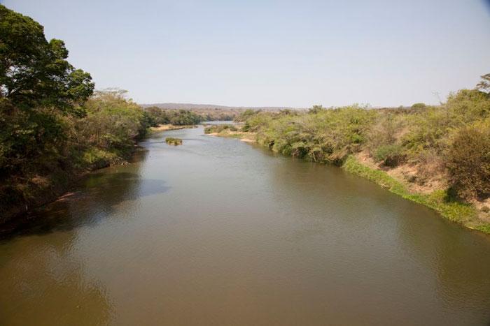Vista do Rio das Velhas sobre ponte em Santo Hipólito